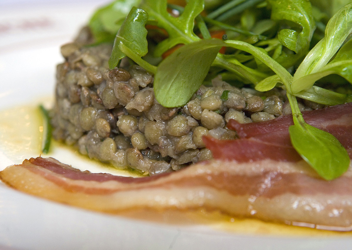 The salad of green lentils and bacon chips (9.50€) will be served with a glass of Vouvray.