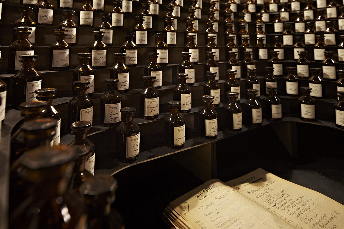 The unmissable perfume organ used by the perfumer