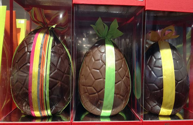 A large 1 kg or 1.8 kg filled egg  - Filled with Egg ganache or praline and chocolate fish treats - A 1 kg egg: €100