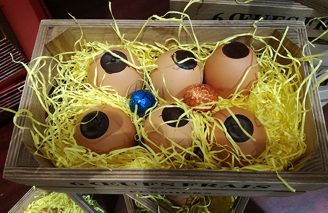 A pretty wooden box containing 6 eggshells filled with dark chocolate and praline - €41